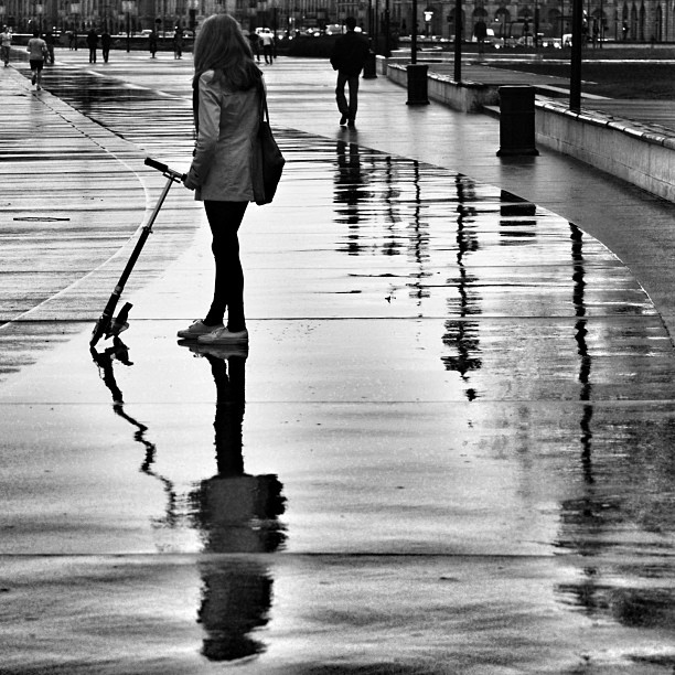#blackandwhite #noiretblanc #blancoynegro #monotone #monochrome #streetphotography #reflection #reflet #pluie #rain #bordeaux #igersbordeaux #igersgironde #bw #nb #baw #trotinette