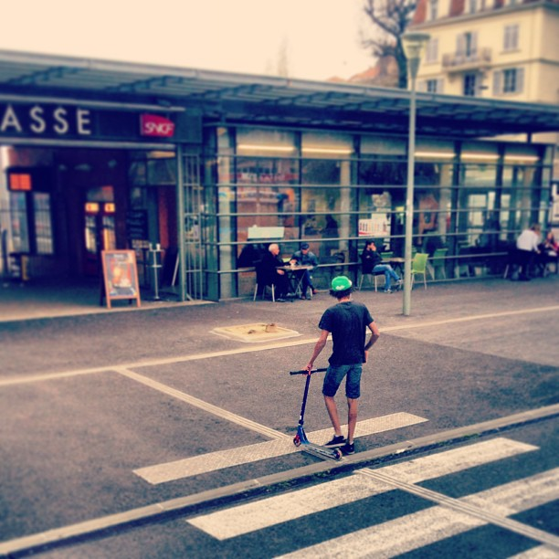 #the#bro#trotinette#rider#freestyle#instamoment #boy#black#afro#train#station#grassr