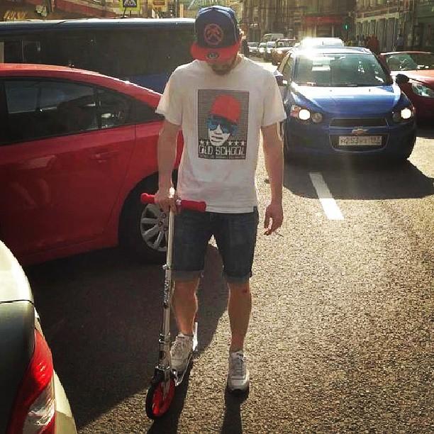 Обновочка! Все в цвет,даже тачки вокруг. #scooter #kickscooter #razor #wearhead  #franklinandmarshall #snapback #moscow #look