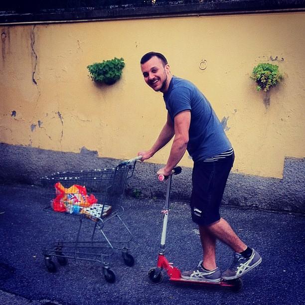 Che cretino! #brother#monopattino#carrellodellaspesa#negozio#lacecca#ridere#divertimento!#stupidaggine