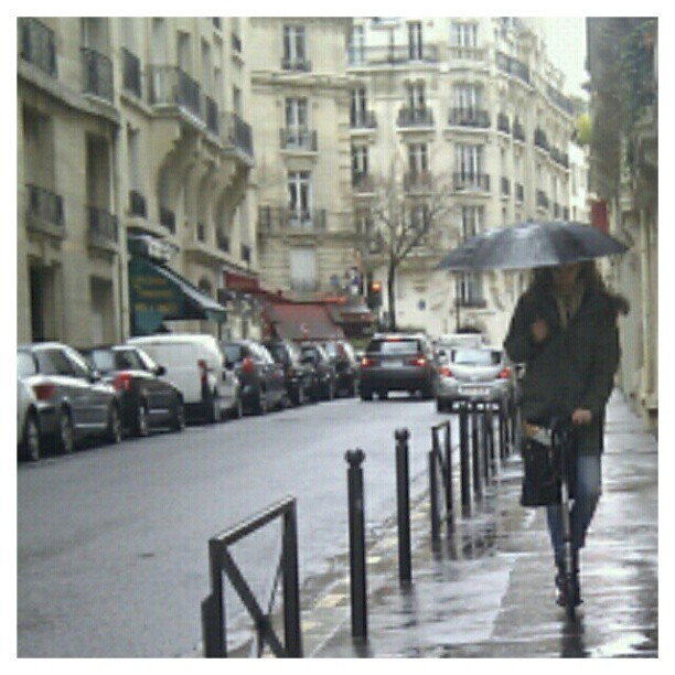Rainy day in #Paris.#raininparis #trotinette #scooter #onmywayhome #comeonspring #beautifulparis #parisjetaime #igersparis