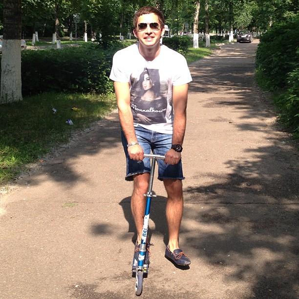 Через весь город на самокате!!! Вот он! Вот он - транспорт моей мечты!!!  #мои #ноги #любят #самокат #дикоустал #но #очень #круто #вспомнил #детство #мальчик #лето #солнце #непляж #жуковский #boy #родная #школа