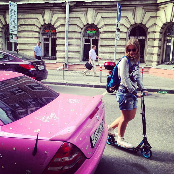 На колесах #какаятачка #тачка #розовый #стразы #жесть #самокат #свобода #наулице #москва #светерком