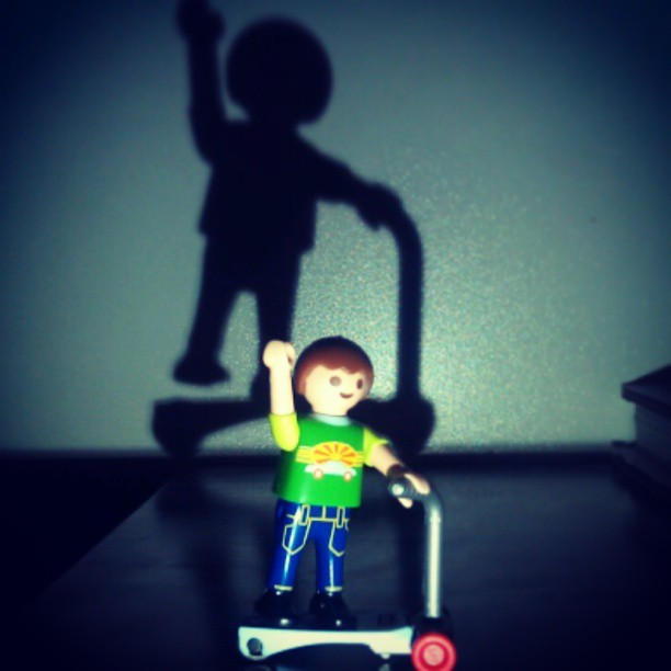 #playmobil #boy #boyz #boys #figurine #childhood #enfance #trotinette #skate #skateboard #shadow #light #ombre #lumiere #retro #vintage #fun #funny