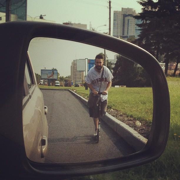 Одноногий с бородой @zhenyashulgin возит счастье людям. #beardy #борода #бородач #самокат #scooter