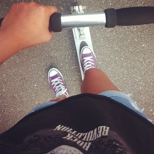 Hardcore! ✌ #sparkesykkel #kickbike #bike #tan #purple #converse
