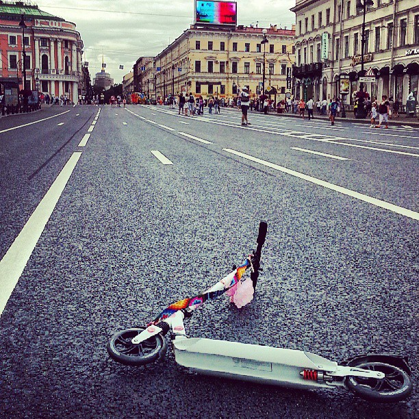 Невский перекрывают на выходные для движения транспорта. Гоняю на самокате по идеально ровному асфальту :)