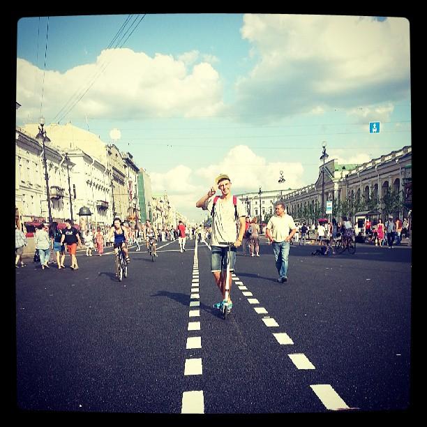 Парень на Невском больно классно катался. #guys #piter #summer #самокат #невский