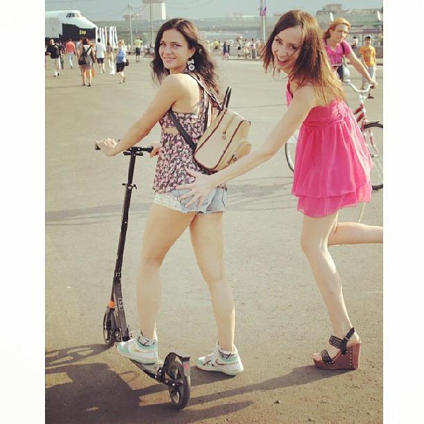#самокат #москва #moscow #russia #russian #russiangirls #паркгорького #попа #девчонки #sun #sunny #солнце #happy #summer #лето