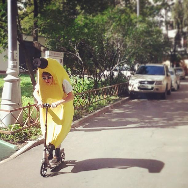 #russia #moscow #street #bananaman #banana #scooter #москва #улица #человекбанан #банан #самокат