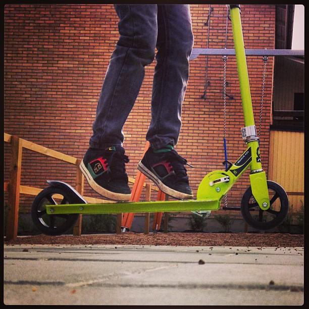 Pojken som hoppade upp på sin kickbike och flög iväg.#kickbike #hopp #jump #loke