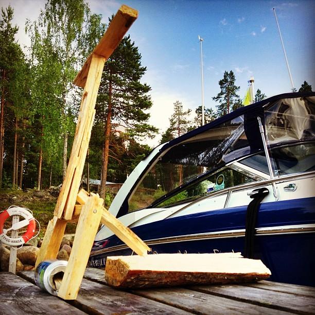 Är ute med båten och har ingen sparkcykel med mig så man får ta och bygga sin egen av det som finns här!:D