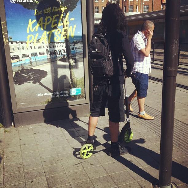Yep. Du ser rätt. En vuxen man på en #kickbike.