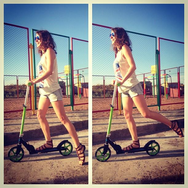 Еееее!!! Любимка подарил мне самокат!!! теперь у меня новый железный #друг #самокат #светерком #двеноги_дваколеса #воттакая_колбаса #summer #sport #scooter #jule2013 #joy #green