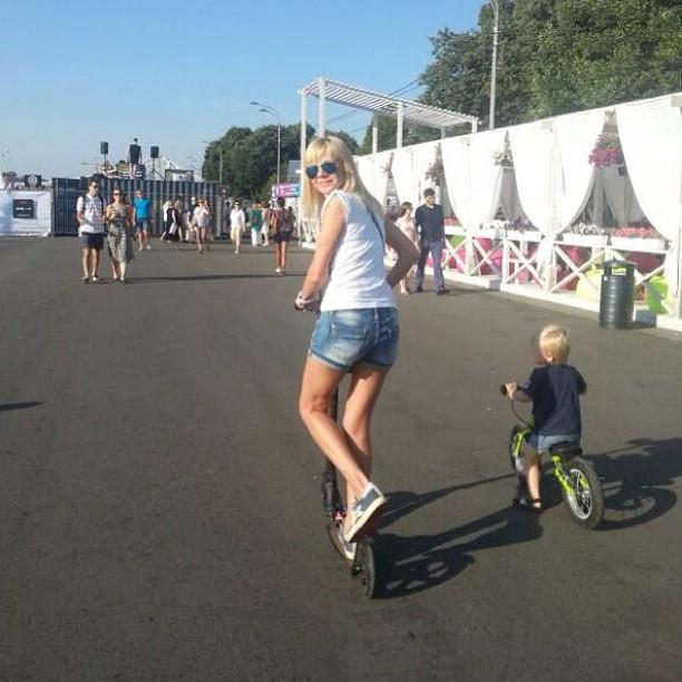 Вот так мы тусим!Потому-что мы банда;) #лето #moscow #парк #солнце #самокат #велосипед #girl #kinder