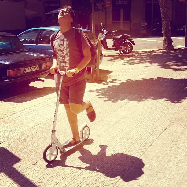 Balade avec monsieur Pau Lopez en trottinette #trotinette #patinete #balade #barcelona #pau #friends