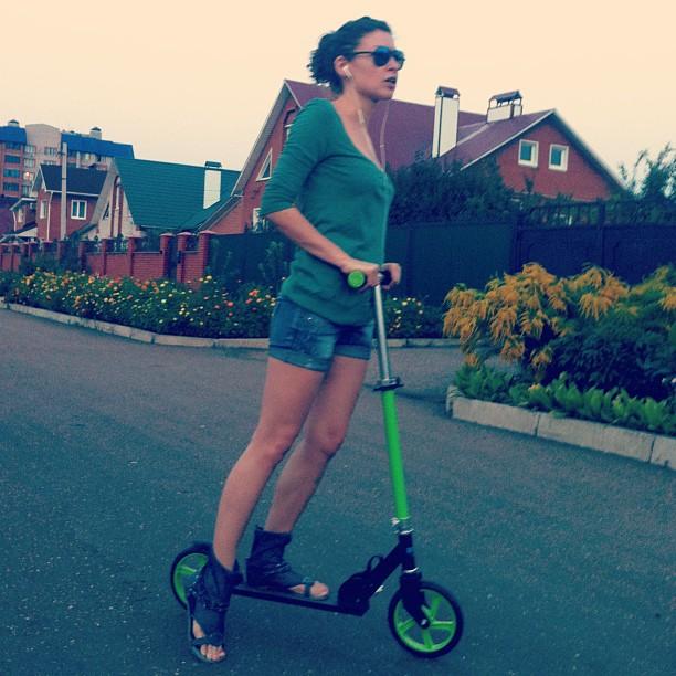 Вечерние прогулки на любимом зеленом #конике #лето #август #покатушки #самокат #scooter #summer #girl