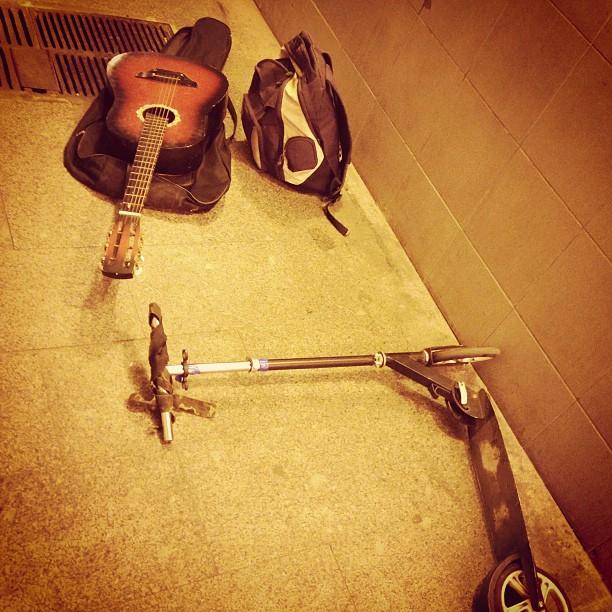 Ночь. Москва. Переход. Гитара, самокат и больше никого. #самокат #певец #moscow #russia
