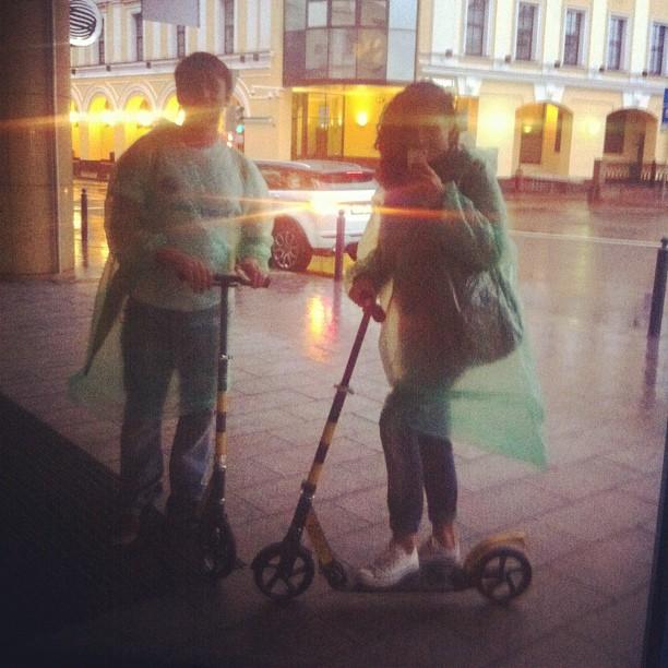 Кататься по Москве, впервые в жизни на самокате, в проливной дождь и веселиться! Ура! #BeeTurKultur