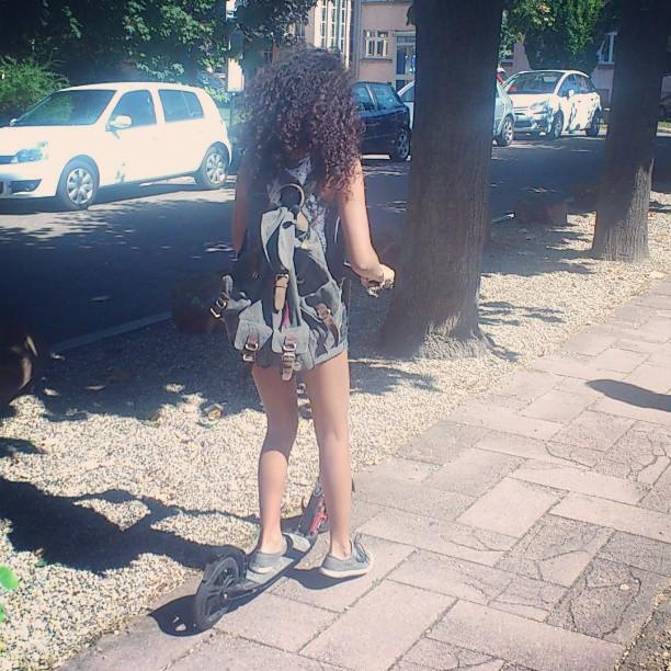 Je profite du dernier jour de vacances... #Girl #trotinette #sac #à #dos #Instamoment