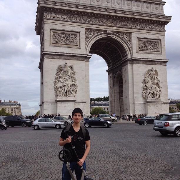 Arco del Triunfo:) #trotinette #arcdetriomphe #paris