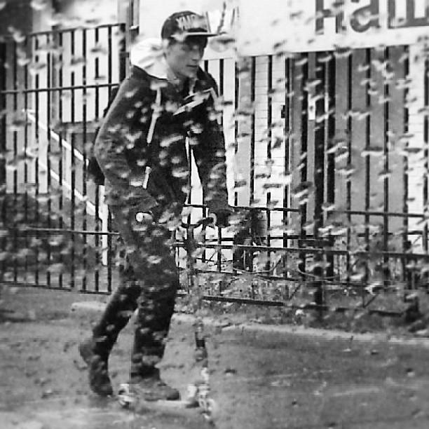#Москва #осень#дождь#улица #парень #самокат #сырость