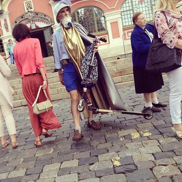 У каждого своя пятница. #москва #пятница #странныелюди #самокат #moscow #freak
