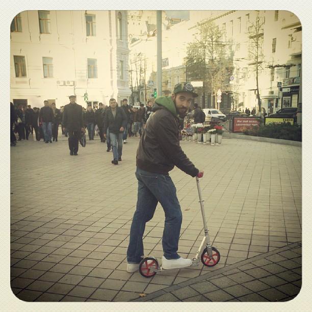 В Харькове чуть теплей, чем в мск и это радует! #kharkov #friends #kickscooter #wearhead