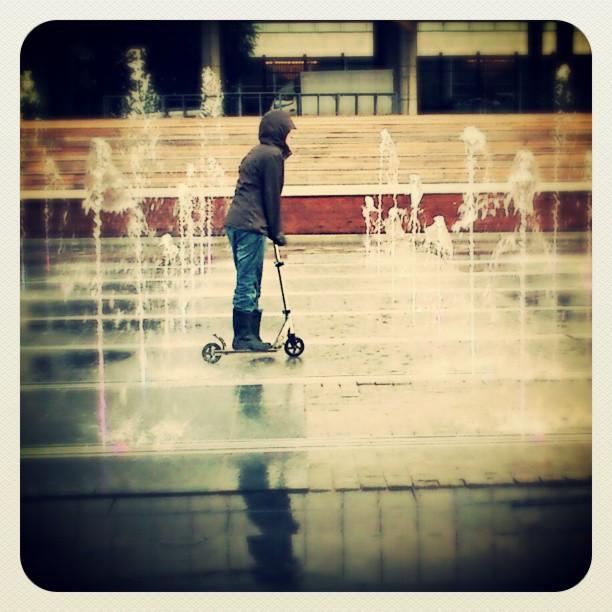 #photooftheday #boy #teen #scooter #water #city #moscow #fountain #zdh #reflection #москва #цдх #набережная #крымскаянабережная #самокат #фонтан #отражение