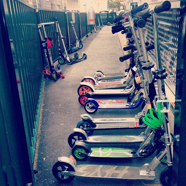 Parking for these funny scooters in front of the primary school in #vienna #riders #kids #twowheels #scooter #transport #sport #patinete #escolar #escuela #colegio