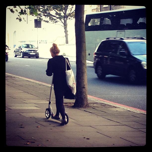 Aqui na inglaterra tudo que tem roda eh meio de transporte pra ir trabalhar! #patins #patinete #skate #bicicleta ;)