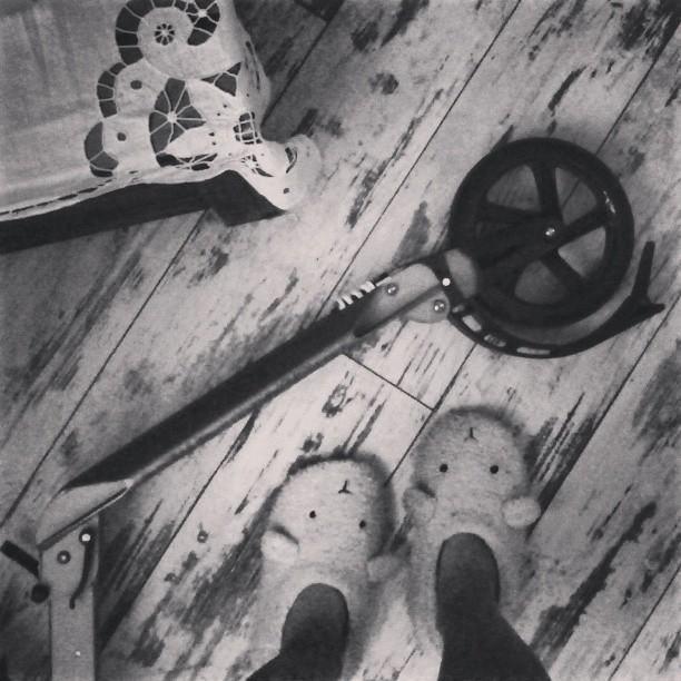 Давно не было ног и самоката #scooter #letskick #самокат #тапки #овцы #холодноблин