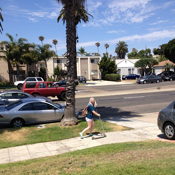 Just scootering to @lizzayeeee to play beer pong @e_smithers @paulg2210 @afrykaa__queen #latepost #pacificbeach #bff4blocksaway #razor #razorscooter #fuckabike #palmtrees