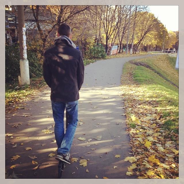 Муж катится в листиках #осень #муж #самокат