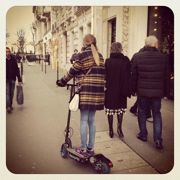 Trottinette électrique Avenue Montaigne! #ballade #trotinette #avenuemontaigne #paris #nouveaujouet @etiennejeanson