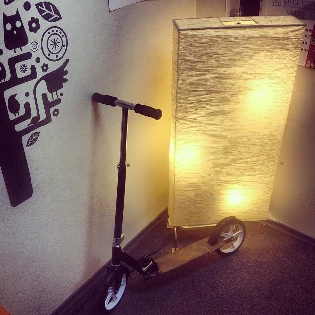 Наш дизайнер Катя ездит на самокате! А какое у вас средство передвижения? #primaxdigital #letskick #самокат