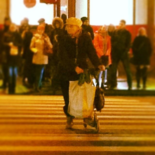 Вот она Культурная столица :-)))#Питер #санктпетербург #самокат #бабушка #Невский #проспект