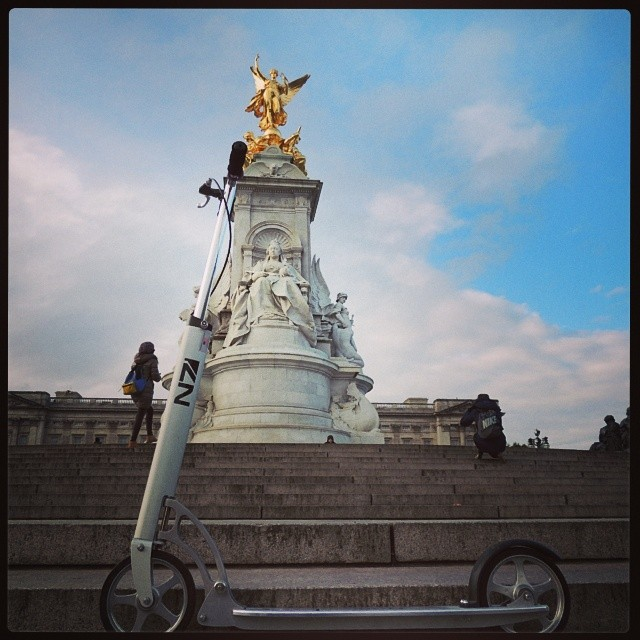 London. Buckingham palace and Victoria memorial with #xootr #kickscooter . I'm #n7team ;)