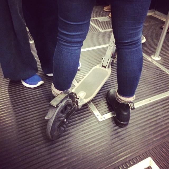 Gente che in metro usa mezzi alternativi. We love #monopattino. Verso #hominewmacef #igers #instadaily