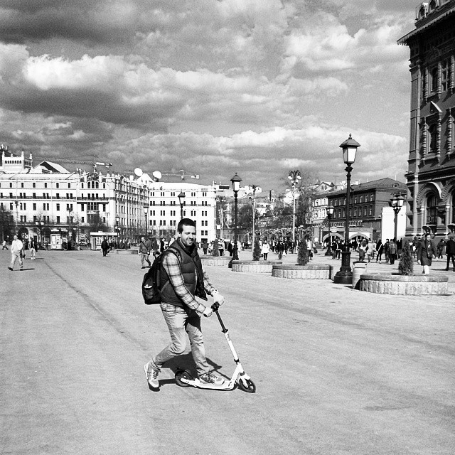 #самокат #чб #чернобелое #черноеибелое #москва #россия #монохром #портрет #прогулка #ride #russia #moscow #bw #blackandwhite #monochrome #walk #people #sky #clouds #облака