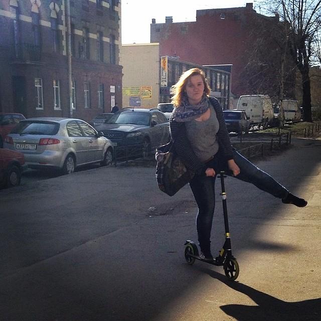 Самое серьезное выражение лица :))) #питер #самокат #весна #instaart #instaday #street #sun #colour #walk #spb #saintpetersburg #ilovespb