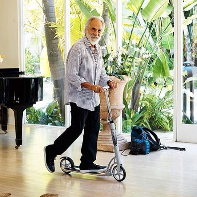 Just Tommy Chong, Xooting around his house. Pretty amazing!#tommyching #xootr #kickscooter