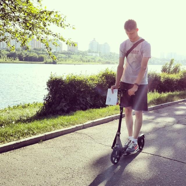 Мальчик Сережа спешит домой, а в руке письмо с налогами..) #самокат #I #я #парк #москварека #марьино #quiksilver #quiksilver_ru