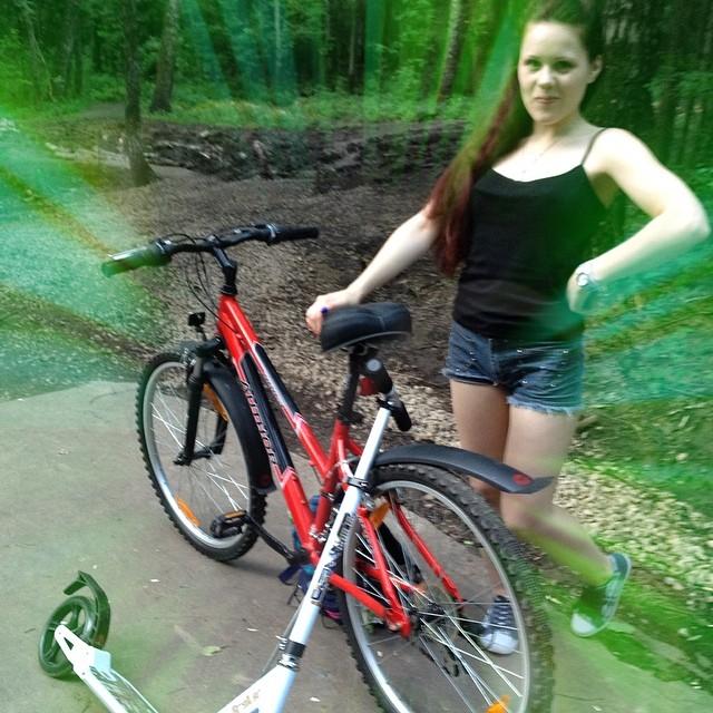 Волшебная прогулка в парке в компании @evbi4 #железныйконь и #стальнойпони с нами! #парк #прогулка #трехгорка #новаятрехгорка #самокат #велосипед