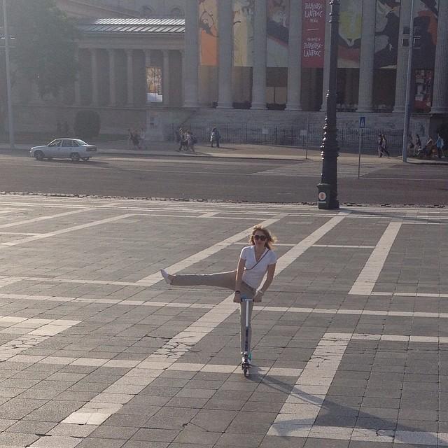 Йохууу! Отобрала самокат у ребенка Хорошо-то кааак!!! #budapest #hungary #spring #me #happy #square #sun #будапешт #венгрия #счастье #площадь #самокат