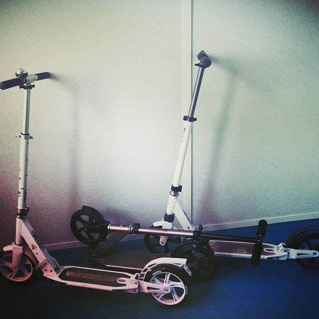 Теперь у нас трое самокатчиков на работе! Это уже серьезно!(скоро парковка закончится) Parking at work!  #work #scooter #parking #самокат #работа #парковка #roll #катаемся #ножкойоп #joy #vscocam