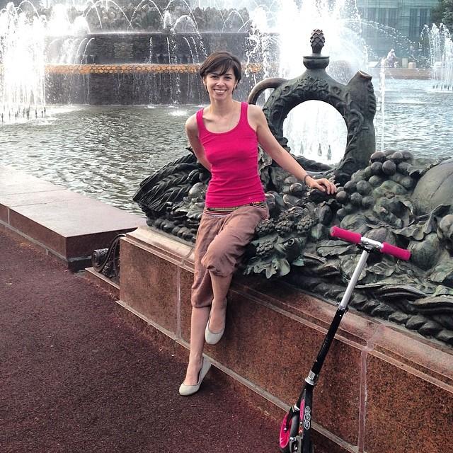 Фонтан. Самокат. Девушка #fountain #каменныйцветок #вднх #vdnh #me #nofilter #самокат #лето #summer #moscow #water