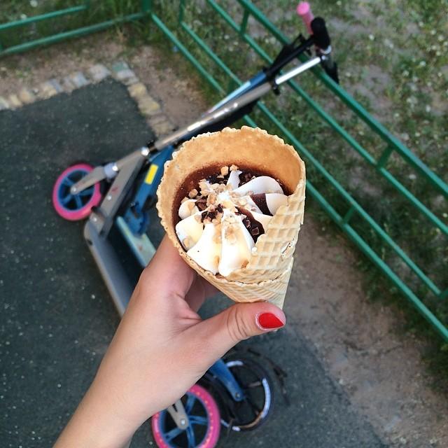 Теперь мы дома не сидим. Теперь мы лопаем мороженку и катаем #самокат #мороженое