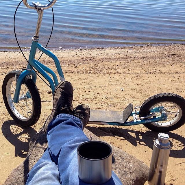 Проехал на нем за день примерно 24 км. #самокат #песок #вода #термос #отдых #прогулка #фотоноги #чай #устал #залив #Scooter #sand #water #thermos #vacation #walk #tea #tired #bay #yedoo #sea #море #релакс #relax