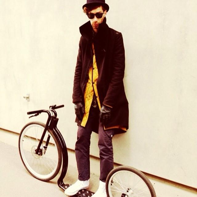 Look mom, no hands #kiksbyviks #velonia #viksbike #bicycle #bici #singlespeed #fixie #electricbike #kickbike #fahrrad #bike #bikeporn #cyclestyle #tallinncyclechic #cyclechic #cycling #cyclelove #minimal #minimalism #jonurm #henrikvibskov #bowlerhat #hat #allblack #premium #tesla #zerowaste